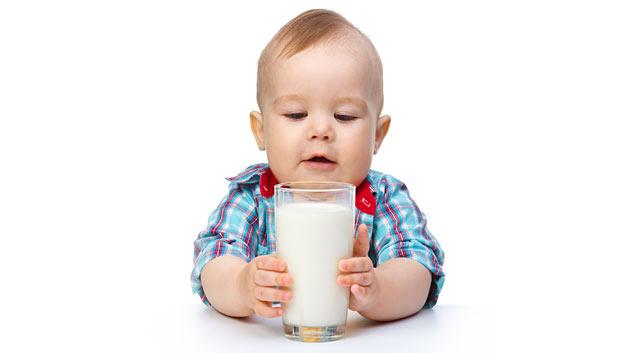 Ребенок и стакан с молоком