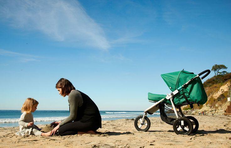 На пляже у моря грудничок и мама