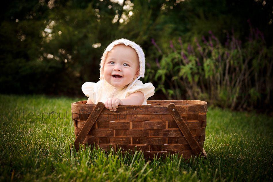 Ребенок в плетеной корзине