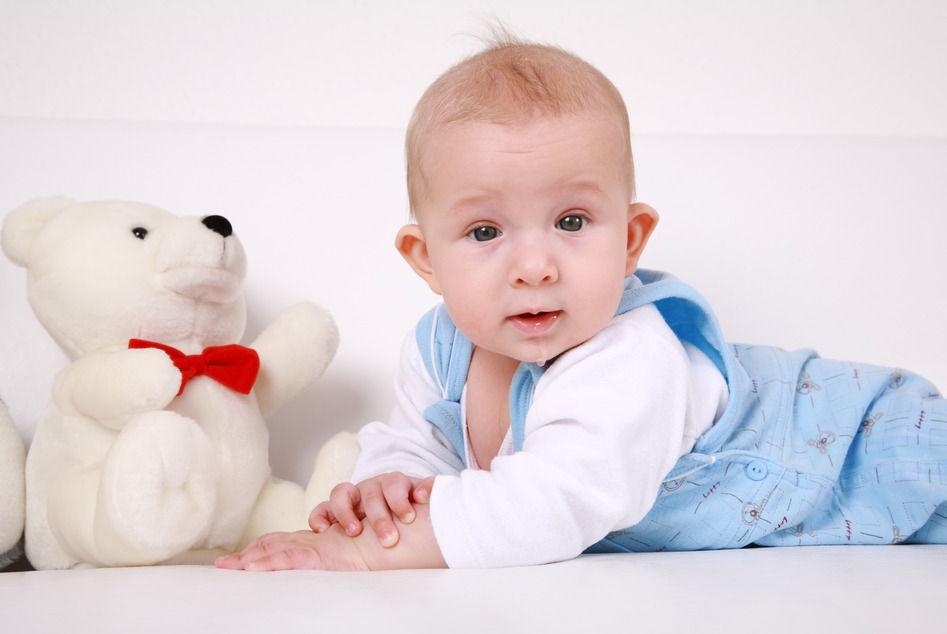 Малыш и белый мишка