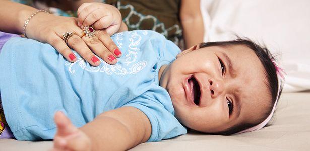 Почему младенец кряхтит и тужится