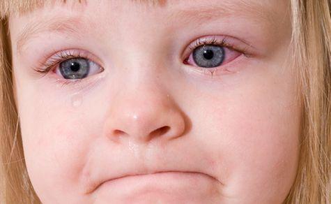Девочка плачет