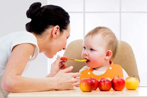 кормление ребенка из ложечки