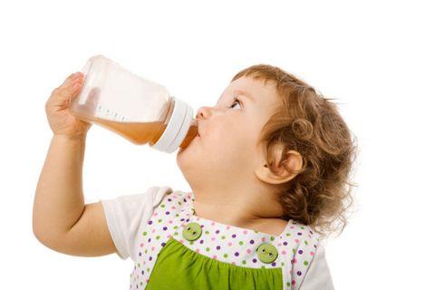 девочка пьет компот