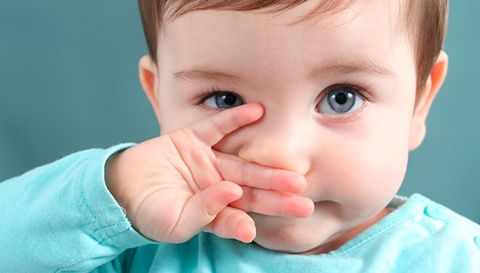 малыш чешет нос