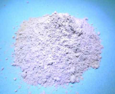 белый порошок на голубом фоне