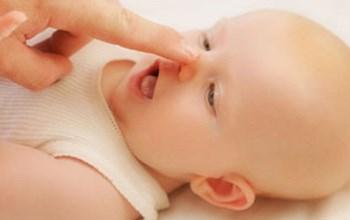мама трогает нос малыша