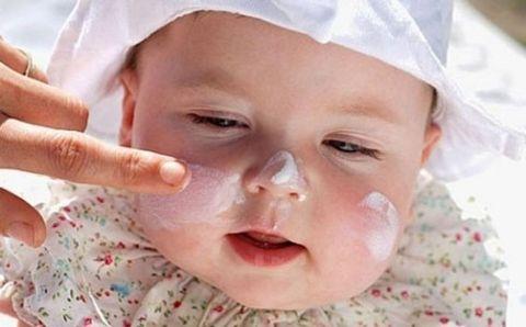 нанесение крема на лицо ребенка