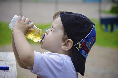 ребенок пьет сок