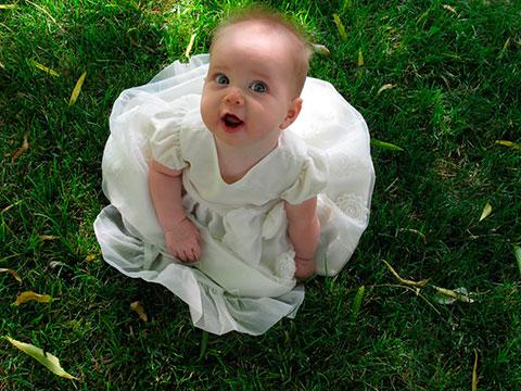 девочка в красивом белом платье