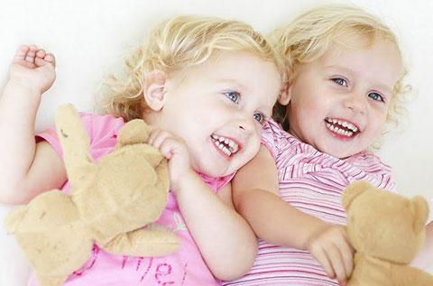 две девочки в розовом