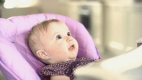 девочка в фиолетовом кресле