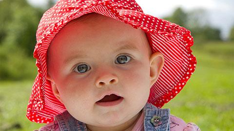 ребенок в красной панаме