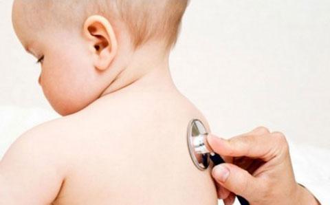 слушаем дыхание грудничка стетоскопом
