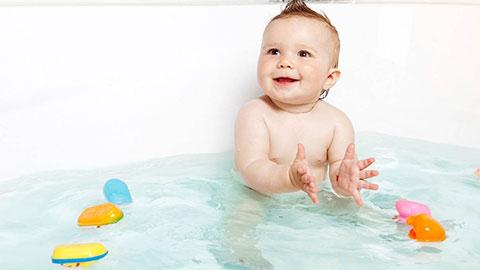 Как правильно обработать ванну перед купанием новорожденного? Выбираем безопасное чистящее средство