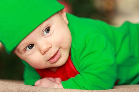 грудничок в зеленом костюме