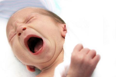 грудничок кричит