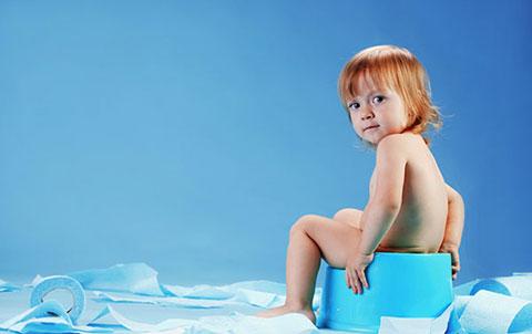 малыш на голубом горшке