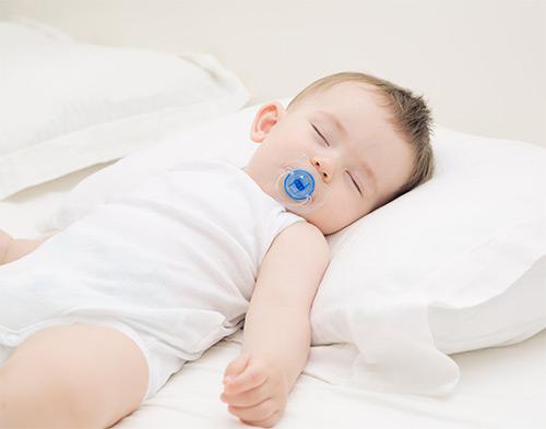 грудничок спит на ортопедической подушке