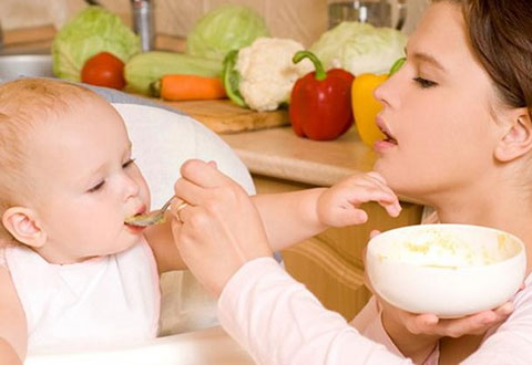 мама кормит грудничка