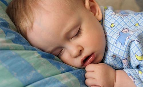 ребенок спит с открытым ртом
