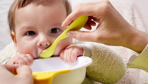 Как начать знакомить шестимесячного малыша на грудном вскармливании со взрослой пищей? Таблица