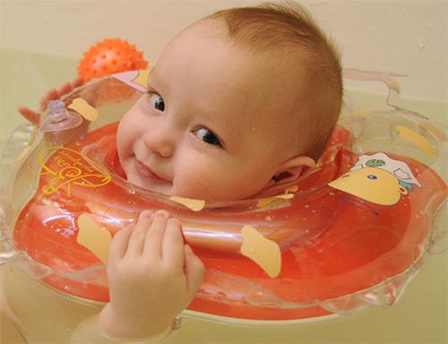Круг для купания новорожденного в ванной: правила выбора, использования, специальные упражнения для развития грудничка, противопоказания