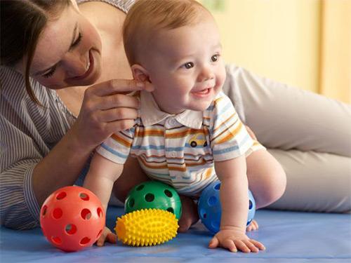 Особенности физического и нервно-психического развития детей грудного возраста от момента рождения до года. Нормы и отклонения: когда стоит волноваться родителям?