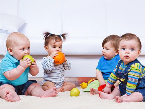 дети едят фрукты