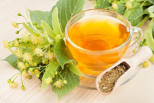 Можно ли на грудном вскармливании маме пить липовый чай или отвар: показания, противопоказания, рекомендации по употреблению