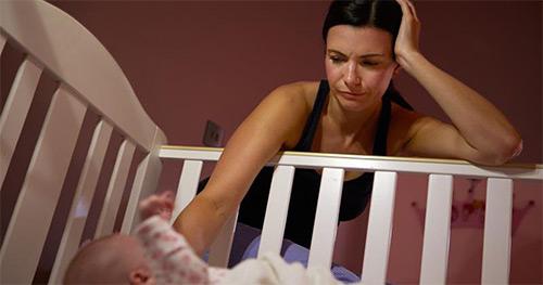 Как отучить новорожденного грудничка спать только на руках у родителей? Переходим от бесконечного укачивания к самостоятельному засыпанию в кроватке
