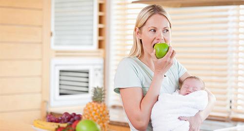 мама ест зеленое яблоко