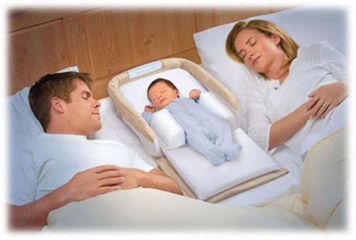 грудничок спит с родителями
