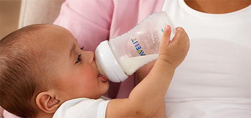 кормление грудничка из бутылочки