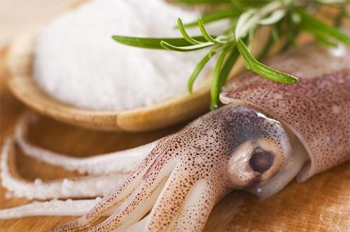Может ли кормящая мама употреблять кальмары? Не нанесет ли морепродукт вред здоровью грудничка?