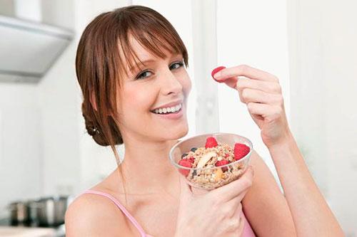 девушка ест мюсли с фруктами
