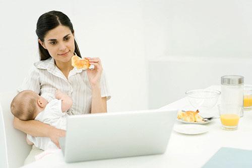 мама ест сырники
