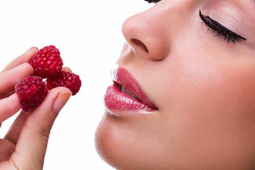 девушка ест малину