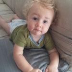 малыш на диване