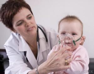 врач одевает маску ингалятора на малыша