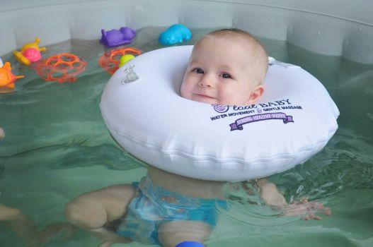 Грудничок в бассейне