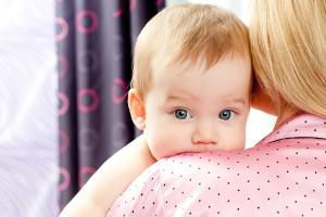 Грудничок на руках у мамы