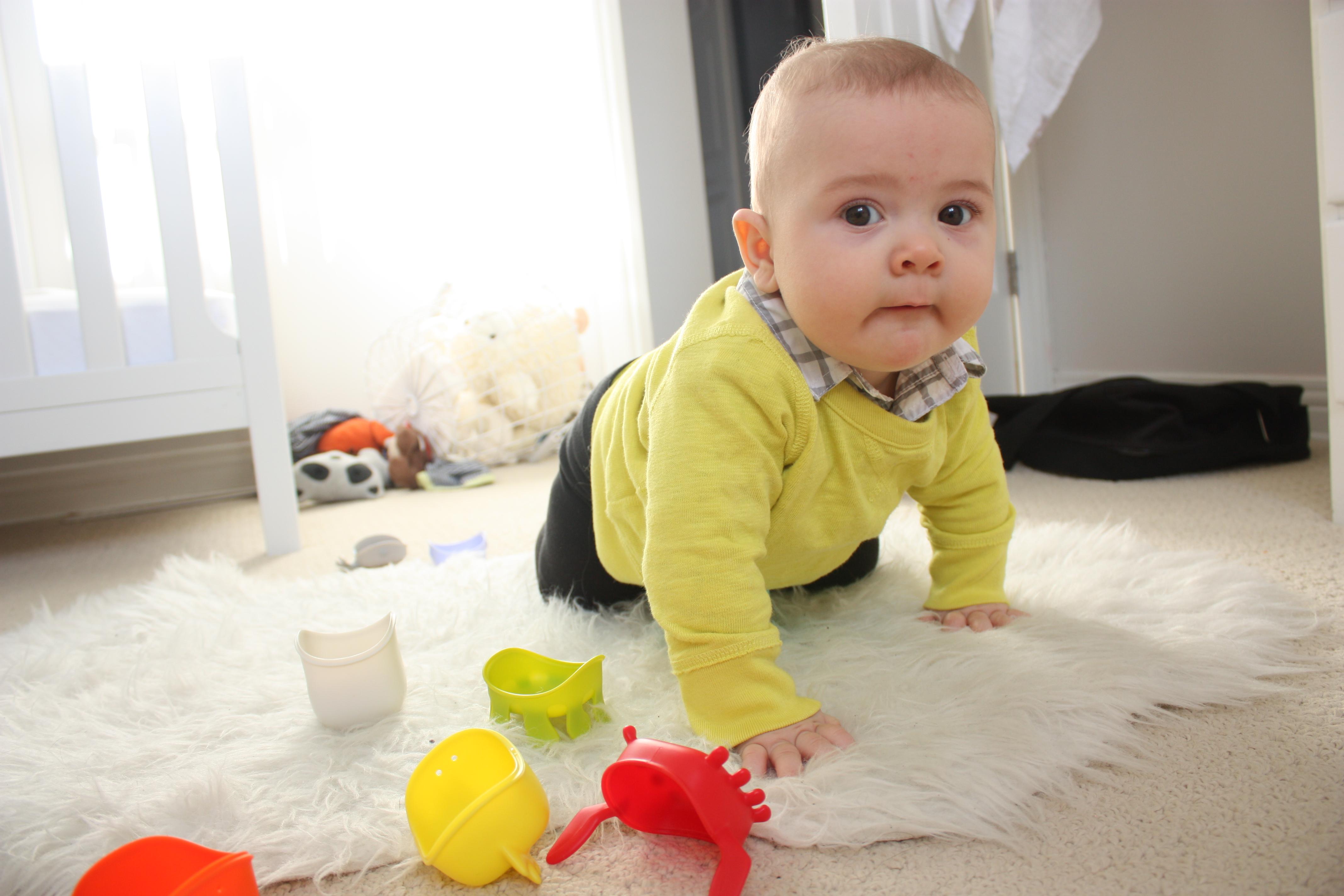 Грудничок ползет к игрушкам