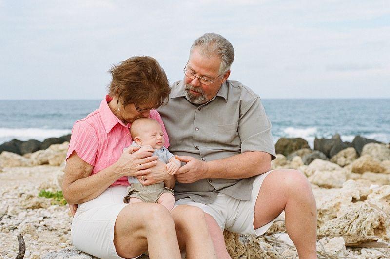 Родители с ребенком на море