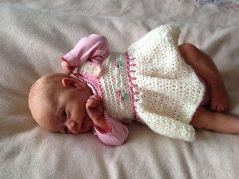 Ребенок в вязаном платье