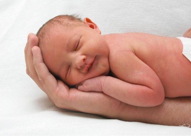 Ребенок спит на ладошке