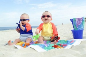 Два малыша на пляже