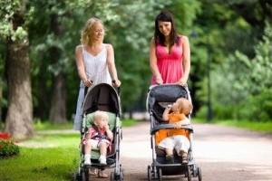 Две мамы с колясками в парке