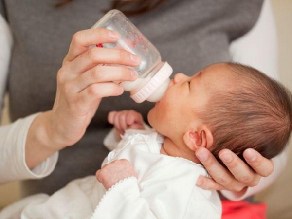 Малышь пьет из бутылочки