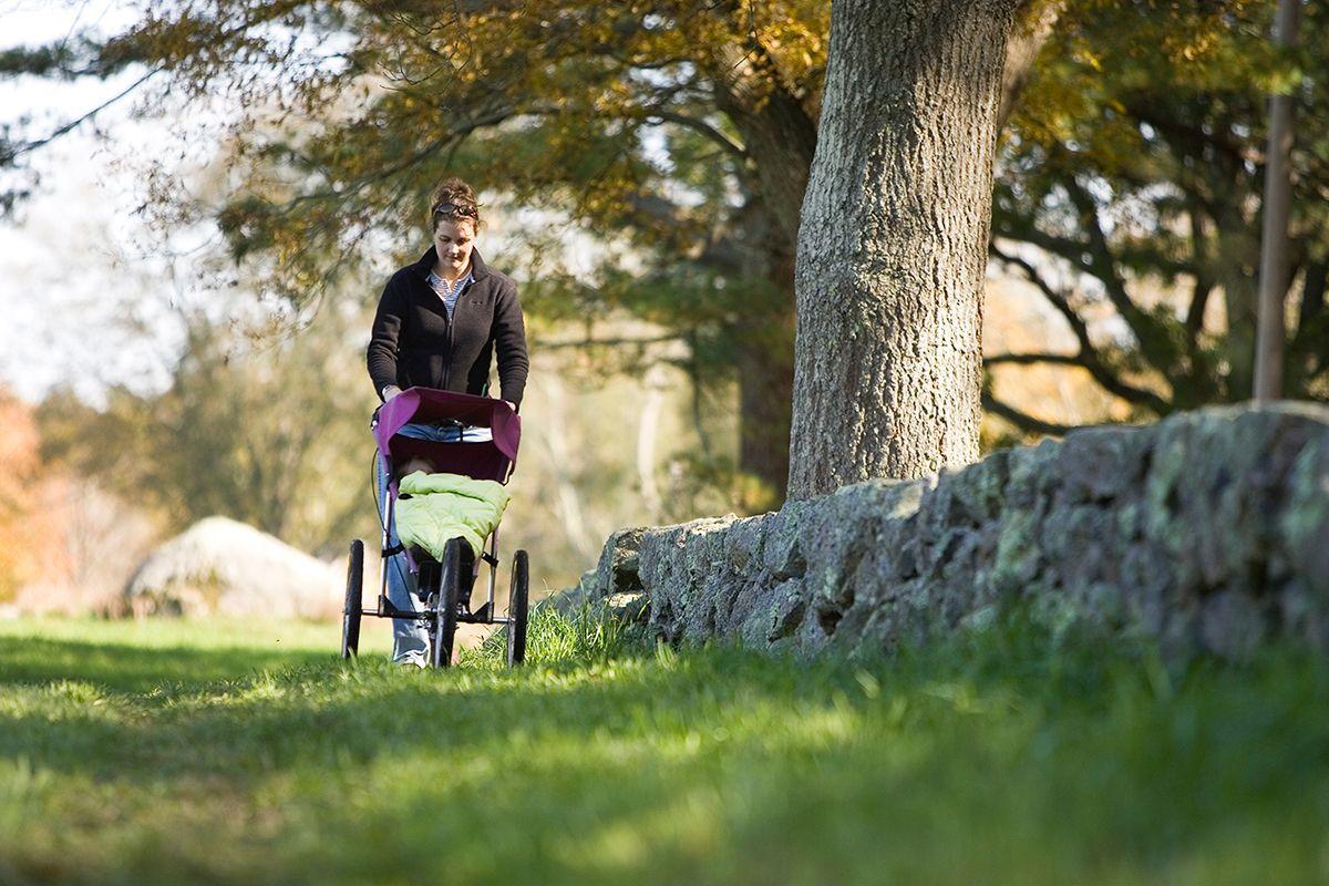 Мама с коляской в парке